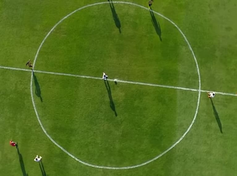 circulo centra de una cancha de futbol horrible