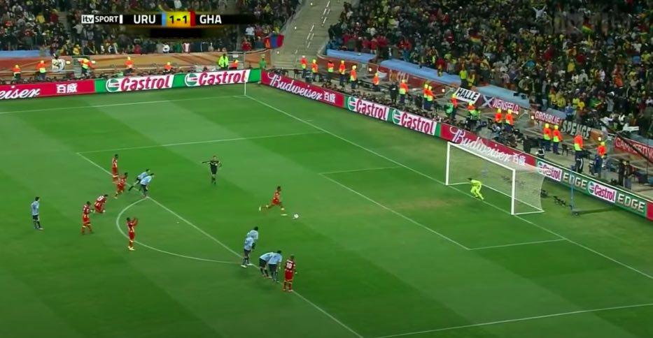 semicirculo del área de la cancha de fútbol para qué sirve. Uruguay Ghana mundial de Sudáfrica 2010. Los jugadores esperan al borde el área